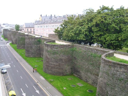 Outside view of the Roman Walls of Lugo - Wikipedia Commons