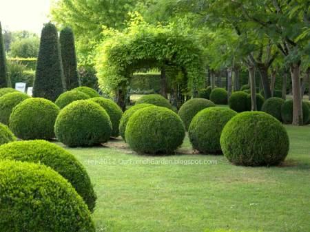 Le Vieux Logis garden - source: OurFrenchGarden.blogspot.com